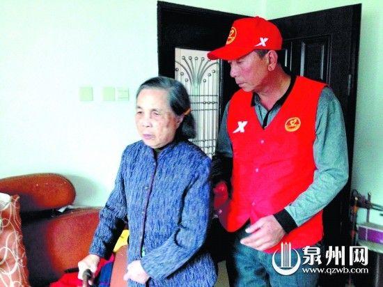 庄汉林看望战友年迈的母亲