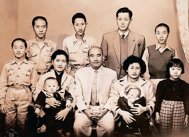 ▲六十多年前,莊福(前中)與妻兒合照,當時還是學生的莊秀石(後右一)一臉青澀。(莊村徹提供)